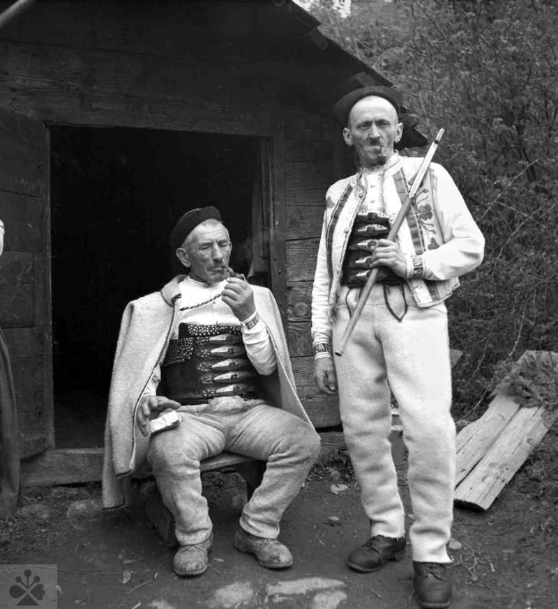 08289352d Sviatočný odev pastierov oviec, Žakarovce, okr. Gelnica, 1953. Foto: J