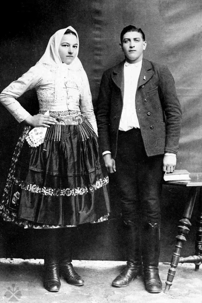 efcbfe669 Manželský pár v polokroji, Mokrý Háj, okr. Skalica, 30. roky 20