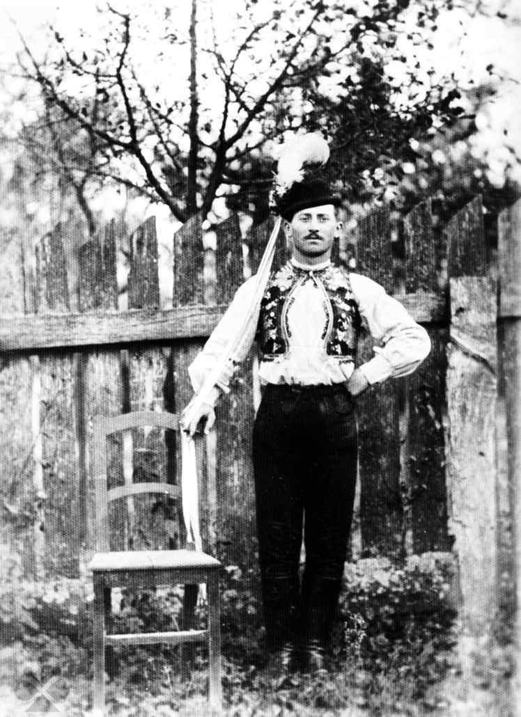 6dfc953ae Regrút vo sviatočnom odeve. Budmerice (okr. Pezinok), 1925. Autor neznámy