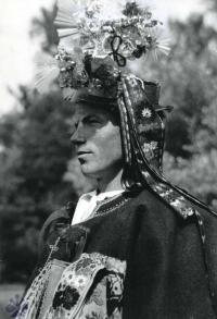 28bb0beb9 Ženích s pierkom na klobúku. Podpoľanie, 30. roky 20. storočia. SNM